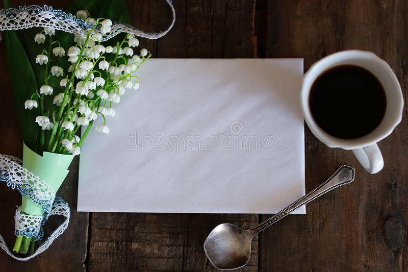 Blumenstrauß von Maiglöckchen und von Morgenkaffee lizenzfreie stockfotos