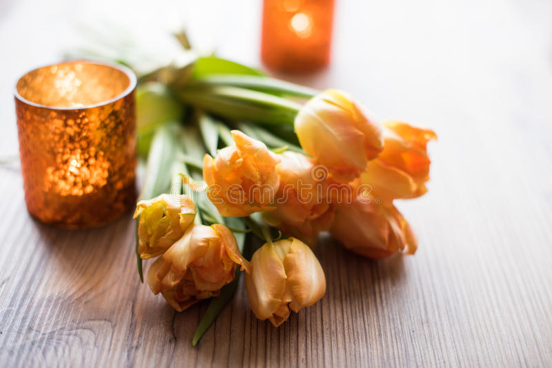 Blumenstrauß von orange Frühlingstulpen lizenzfreie stockfotos