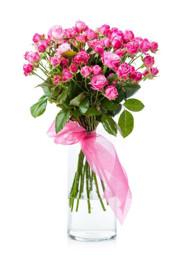 Blumenstrauß von rosa Rosen im Glasvase lizenzfreies stockbild