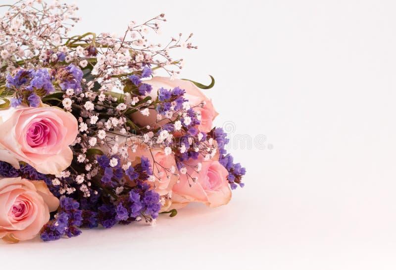 Blumenstrauß von rosa weißen und purpurroten Blumen mit Kopienraum stockfoto