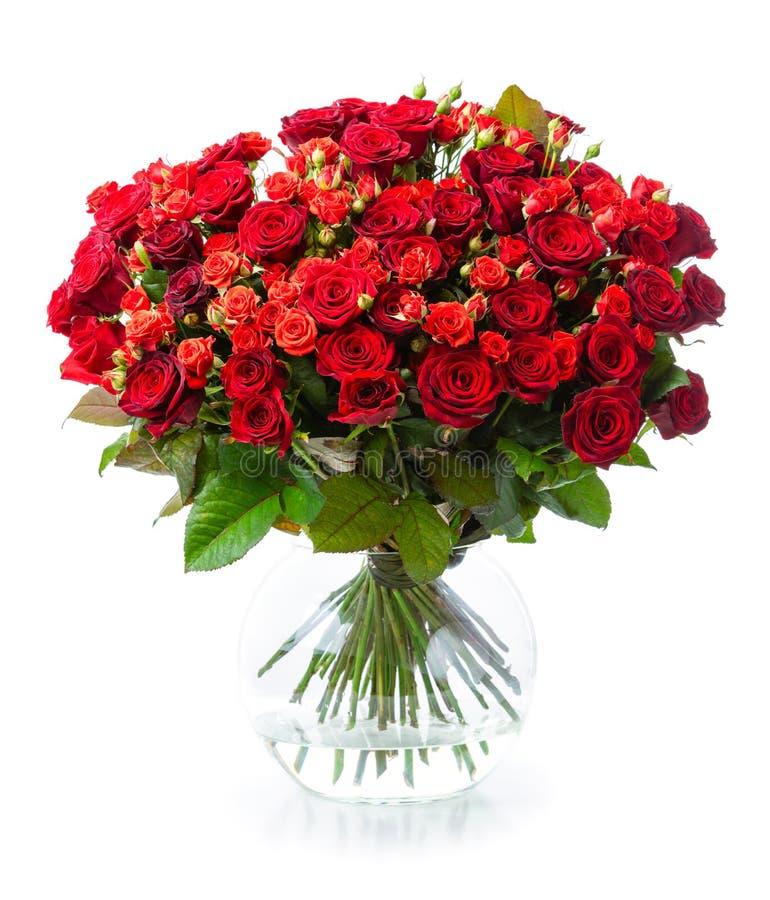 Blumenstrauß von roten Rosen im Glasvase lizenzfreies stockbild