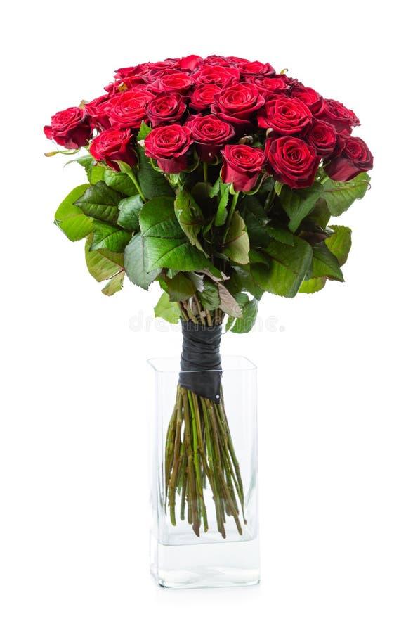 Blumenstrauß von roten Rosen im Glasvase stockbilder