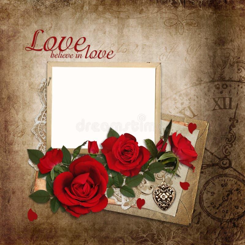 Blumenstrauß von roten Rosen mit Rahmen und von alten Buchstaben auf Weinlesehintergrund lizenzfreie abbildung