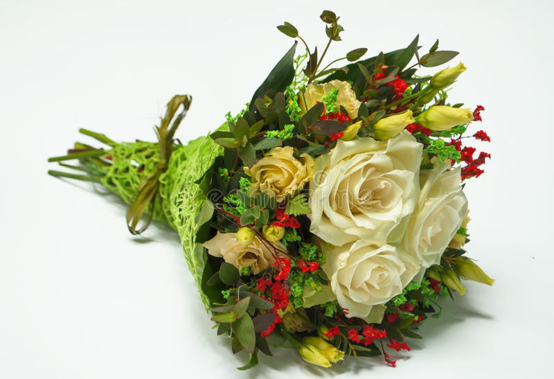 Blumenstrauß von Sahnerosen auf Weiß stockbild