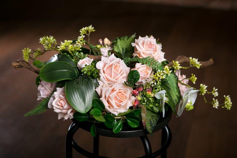 Blumenstrauß von schönen Mischblumen im Vase auf einem dunklen Hintergrund Reizender Blumenstrauß Arbeit des Berufsfloristen lizenzfreie stockfotos