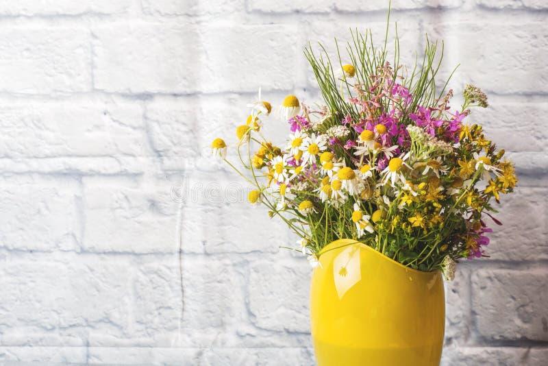 Blumenstrauß von schönen Wildflowers im Vase auf einem grauen Hintergrund mit Kopienraum lizenzfreie stockfotografie
