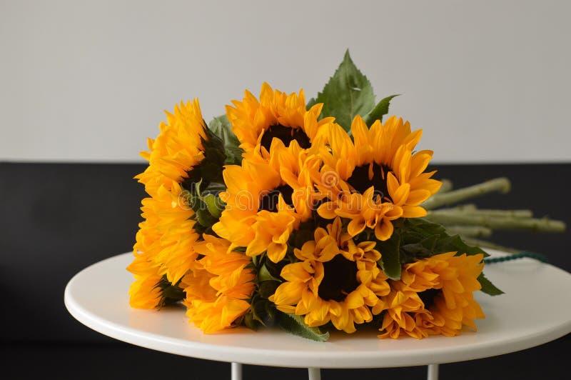 Blumenstrauß von Sonnenblumen auf einer weißen Tabelle lizenzfreies stockbild
