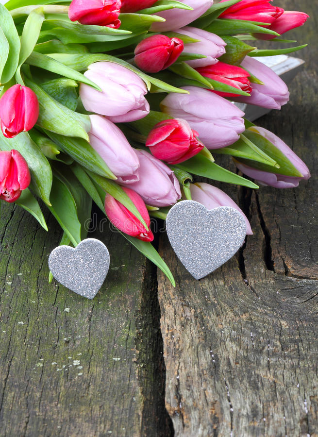 Blumenstrauß von Tulpen und von funkelndem Herzen lizenzfreies stockbild