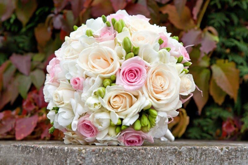 Blumenstrauß von weißen, rosa, Sahnerosen für die Hochzeitszeremonie. stockfotografie