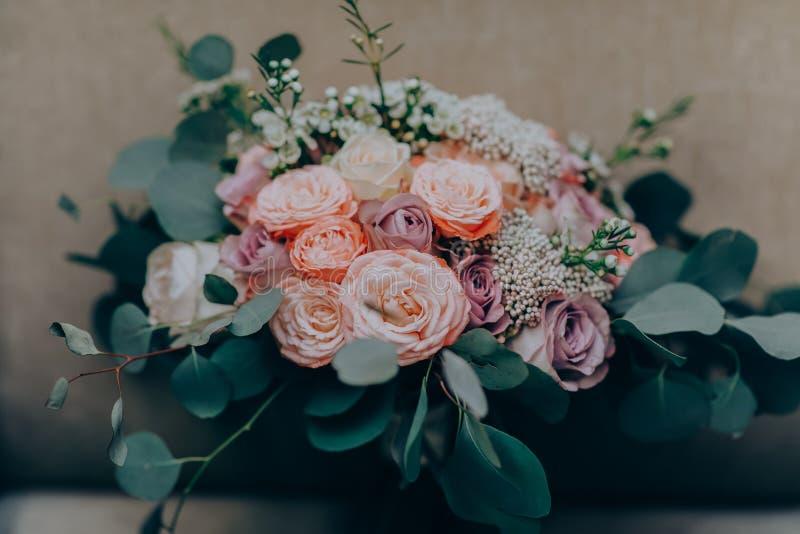 Blumenstraußblume Hochzeit, Feiertag und Blumenhintergrund redeten Konzept an stockbilder