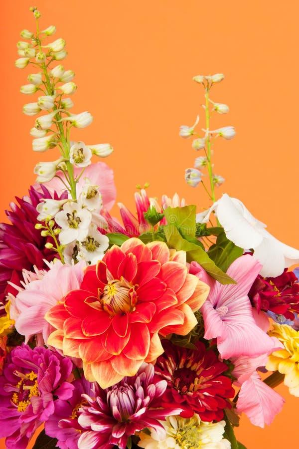 Blumenstraußblumen auf Orange stockfotos