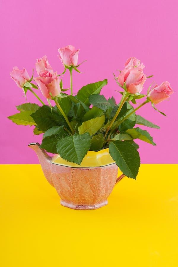Blumenstraußrosen auf Rosa und Gelb stockfoto