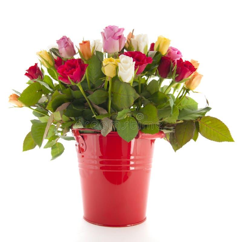 Blumenstraußrosen im Eimer stockfoto