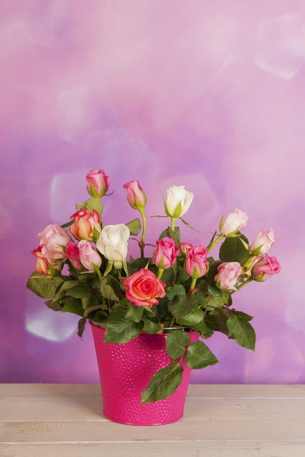 Blumenstraußrosen im Vase stockfotos