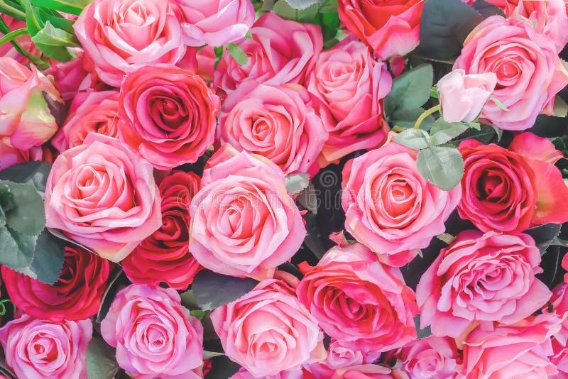 Blumenstrauß von Blumen: frische rote und rosa Rosen für Hintergründe lizenzfreie stockfotografie