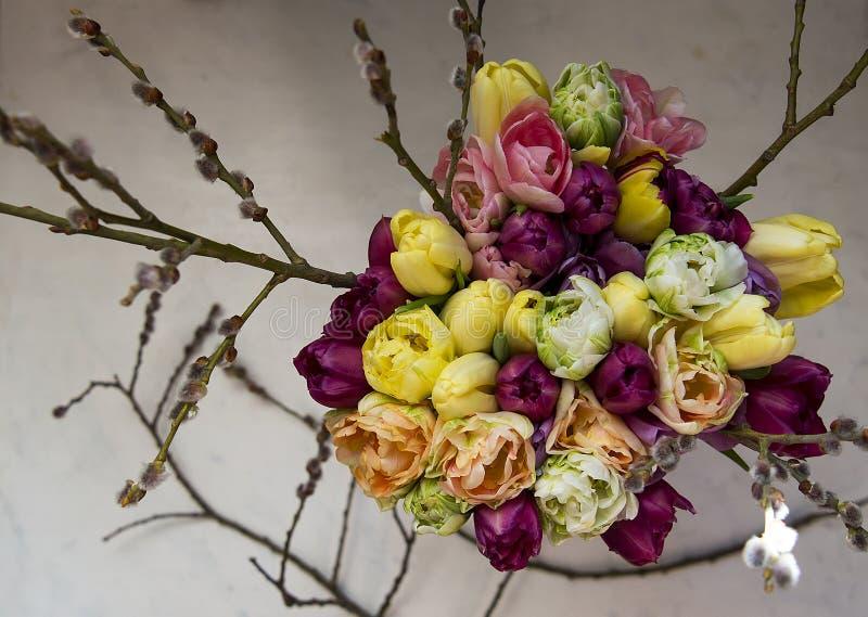 Blumenstrauß von bunten Tulpen in einem Vase stockfotografie