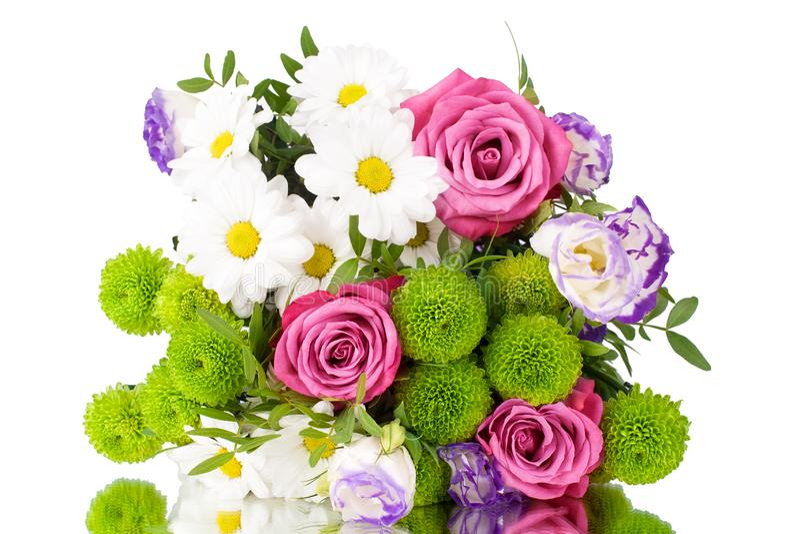 Blumenstrauß von rosa Rosen der Blumen, weiße Chrysanthemen mit grünen Blättern auf weißer Hintergrund lokalisiertem Abschluss ob stockbilder