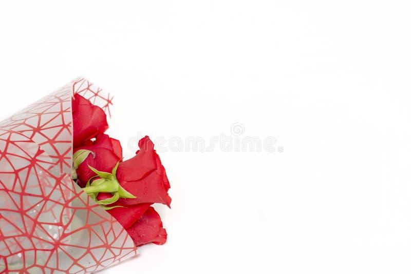 Blumenstrauß von roten Rosen liegt auf einem weißen Hintergrund lizenzfreies stockfoto