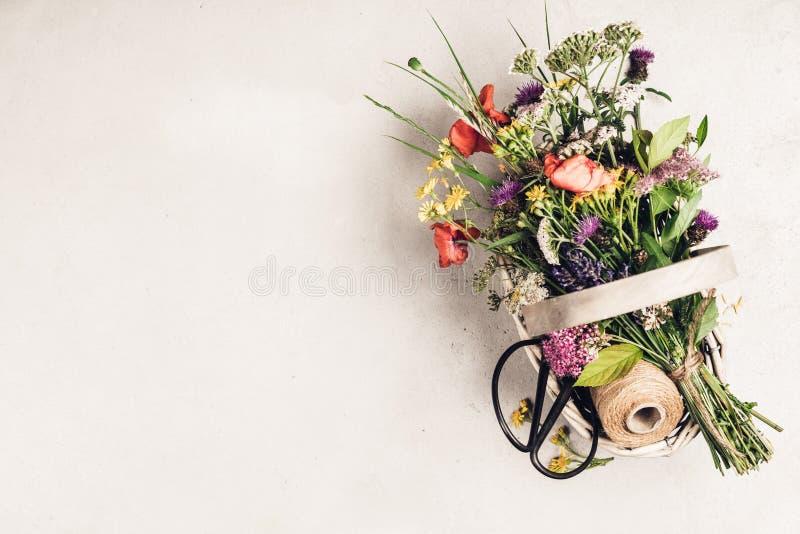 Blumenstrauß von wilden Blumen in einem Korb lizenzfreies stockbild
