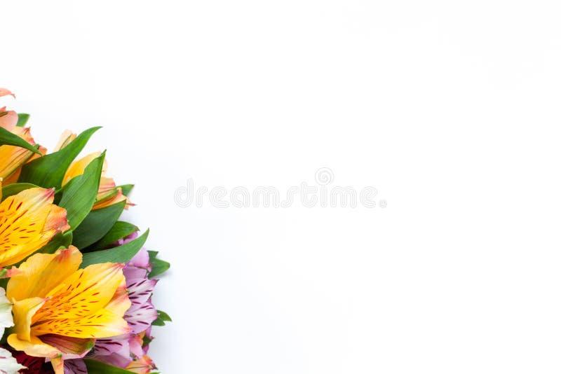 Blumenstrau? bunten Blumen Alstroemeria auf wei?em Hintergrund Flache Lage horizontal Modell mit Kopienraum f?r Gru?karte stockfoto