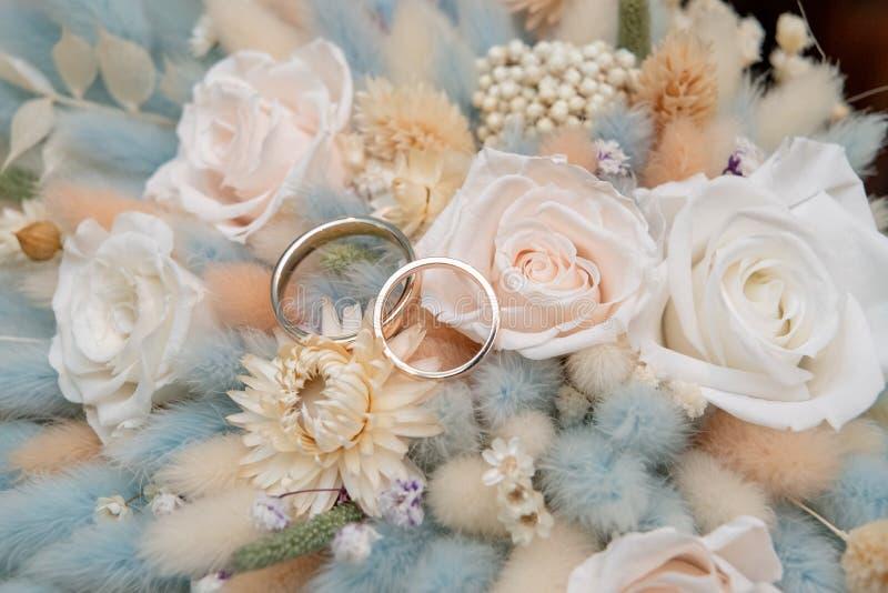 Blumenstrau? mit sch?nen Rosen und Eheringen stockfoto