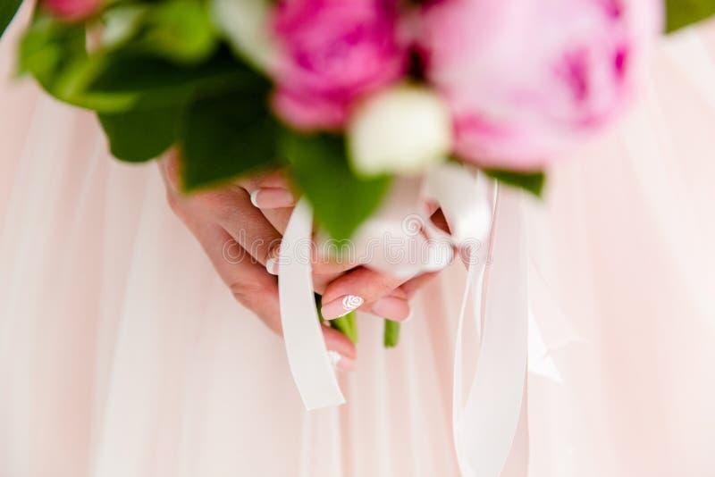 Blumenstrau? von Blumen in den H?nden der Braut lizenzfreies stockfoto