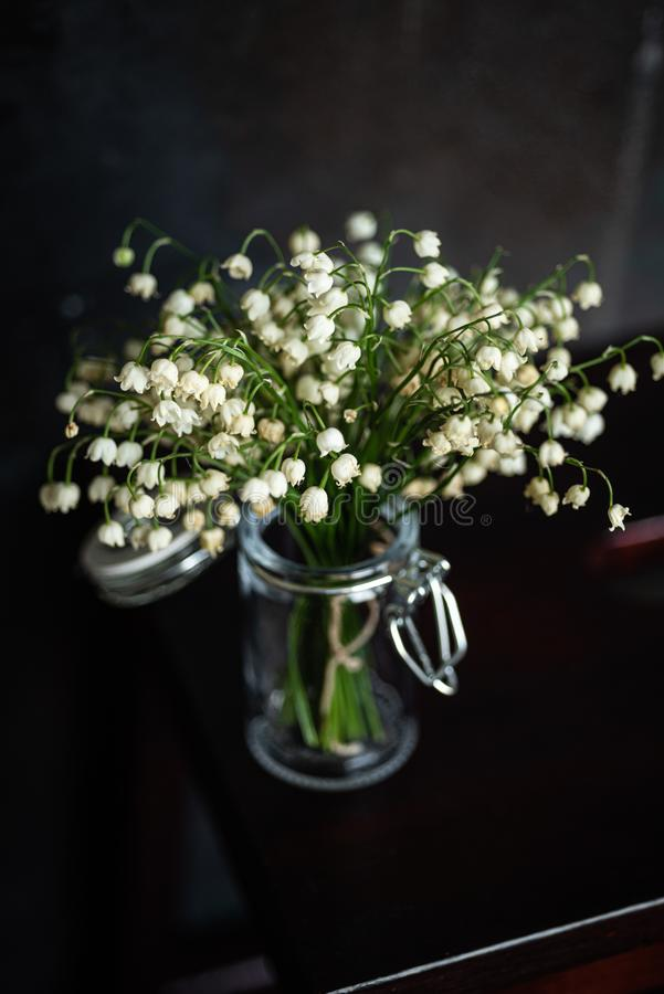 Blumenstrau? von Maigl?ckchen, dunkler Hintergrund stockfotos