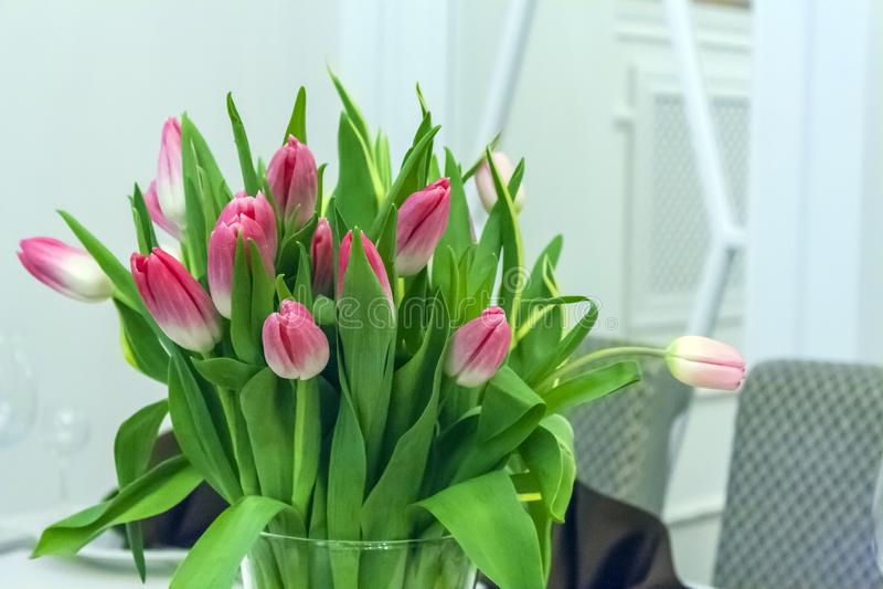 Blumenstrau? von rosa Tulpen in einem Glasvase lizenzfreie stockfotografie