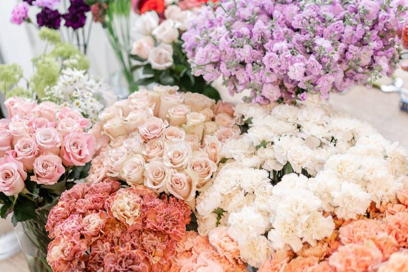 Blumenteppich, Blumenbeschaffenheit, Geschäftskonzept Schöne frische blühende Blumenrosen, Sprayrosen, lila gillyflower stockbilder
