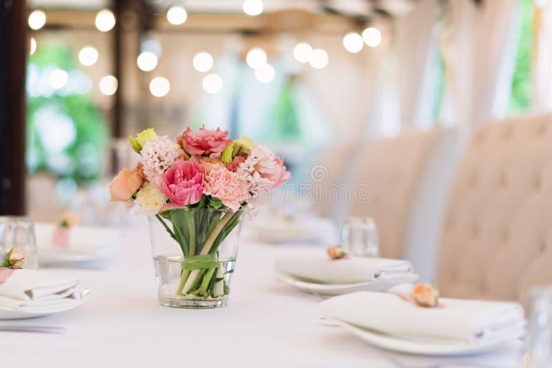 Blumentischschmucke für Feiertage und Hochzeitsabendessen Tabelle setzte für Feiertag, Ereignis, Partei oder Hochzeitsempfang ein stockbild