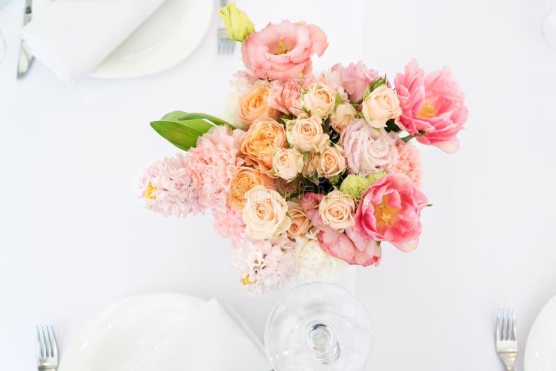 Blumentischschmucke für Feiertage und Hochzeitsabendessen Tabelle setzte für Feiertag, Ereignis, Partei oder Hochzeitsempfang ein lizenzfreies stockbild