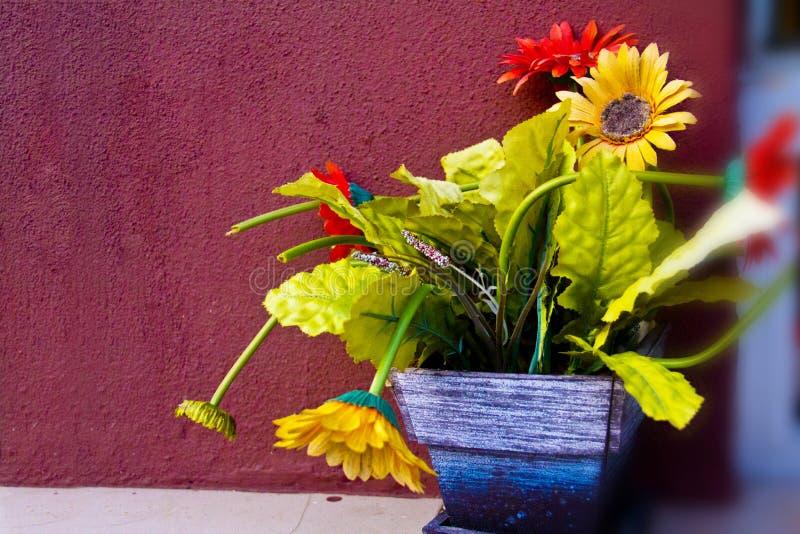 Blumentopf auf dem Hintergrund lizenzfreies stockbild