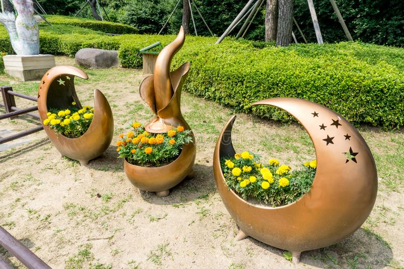 Blumentopf hergestellt von der Kupferlegierungsanzeige im Allgemeinen Park in Insel Haeundae Dongbaekseom stockbild