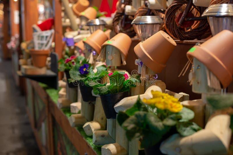 Blumentopf-Mannspielwaren am Markt lizenzfreie stockfotografie