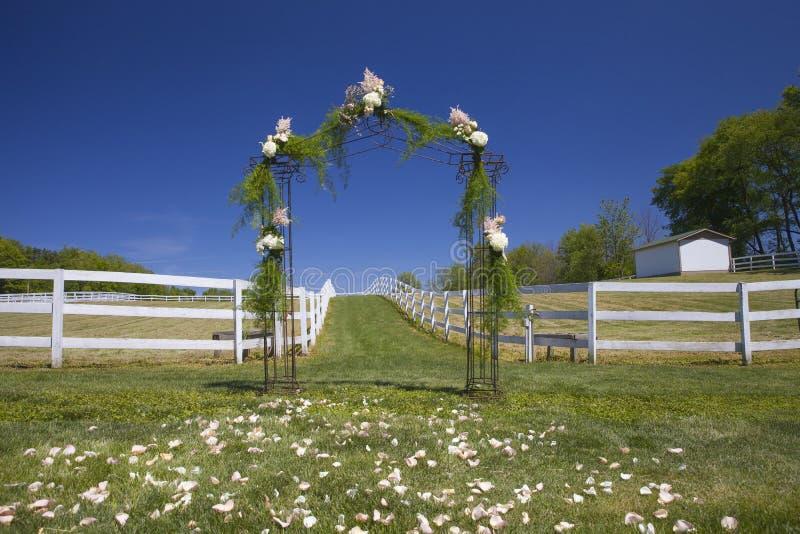 Blumentorbogen am Hochzeitstag lizenzfreies stockbild