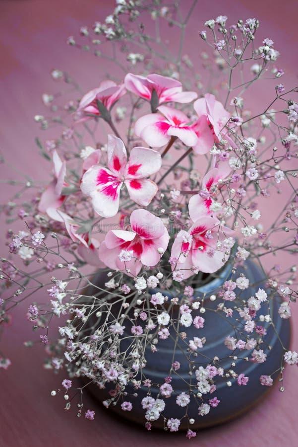 Blumenvase mit Gypsophila und Pelargonie lizenzfreies stockbild
