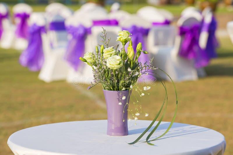 Blumenverzierung in der Hochzeit stockfotografie