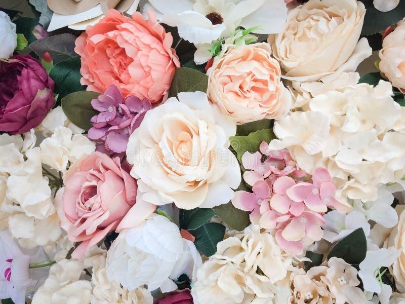 Blumenwandhintergrund mit dem Überraschen von roten und weißen Rosen, Heiratsdekoration, handgemacht Mit Blumen, Farbe lizenzfreies stockbild