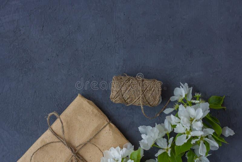 Blumenzusammensetzung an einem Frühlingstag lizenzfreies stockfoto