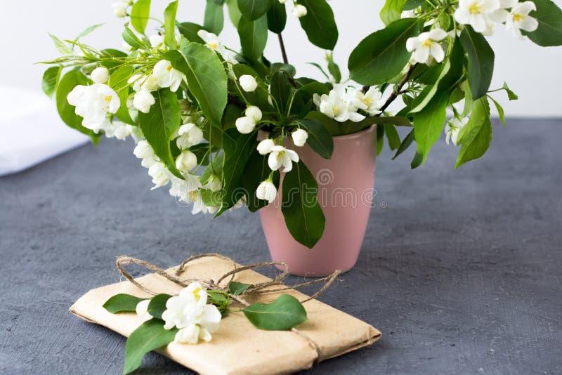Blumenzusammensetzung an einem sonnigen Tag des Frühlinges lizenzfreies stockfoto