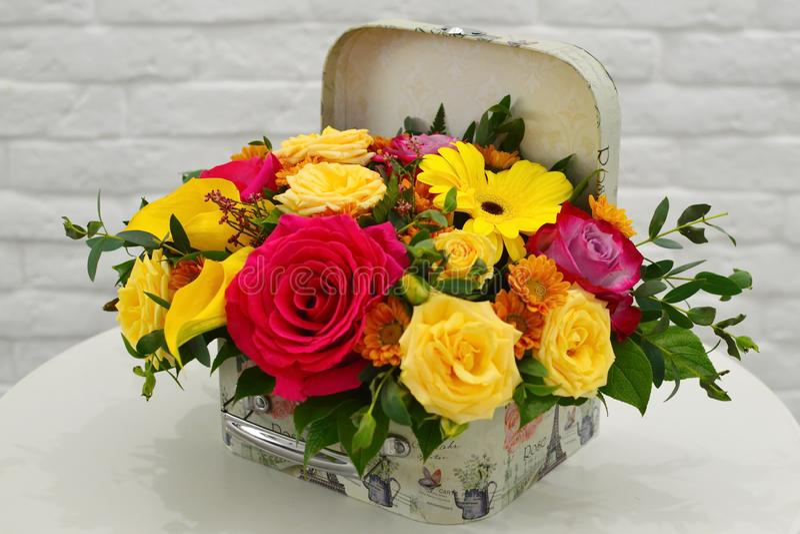 Blumenzusammensetzung in einem stilvollen Hutkasten stockbilder