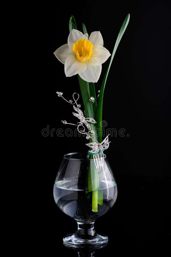 Blumenzusammensetzung mit einem Glas stockfotos