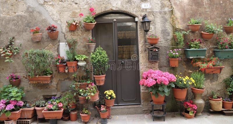 Blumige Haustür, Italien lizenzfreie stockfotos