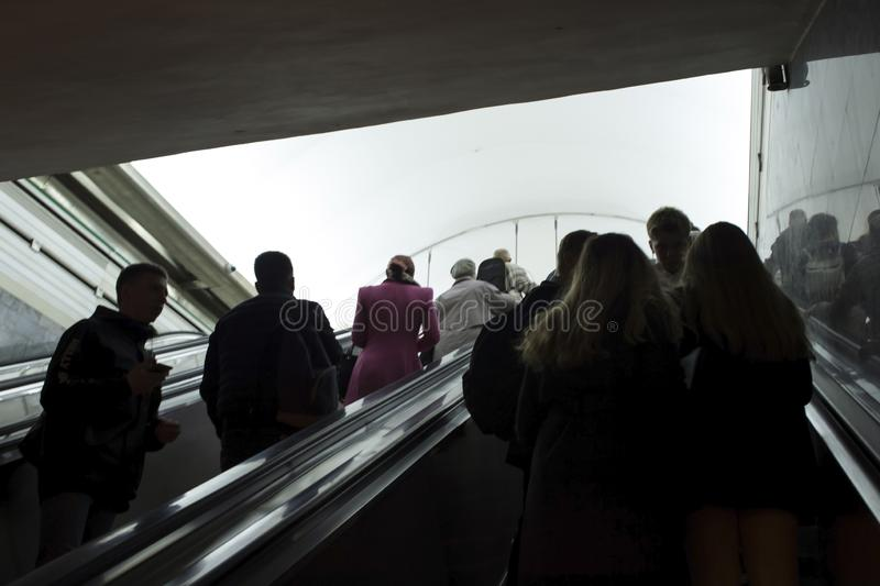 blur Les gens s'élèvent du tunnel de souterrain par l'escalator à la lumière à St Petersburg, Russie, septembre 2018 photos stock