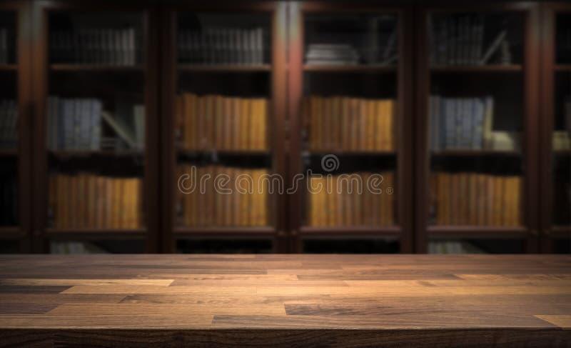 Blured书架在小家庭书库里在背景中 产品显示蒙太奇的台式 免版税库存照片