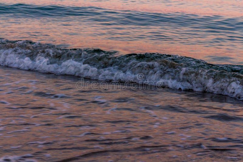 blured волна Цвета восхода солнца отраженные в морской воде стоковые фотографии rf