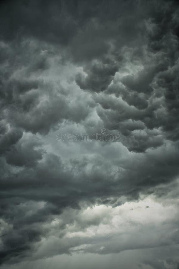 Blured alguns poderia no céu cinzento fotografia de stock