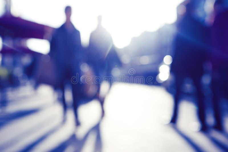 Blured bild av folk som går i gatan arkivfoto