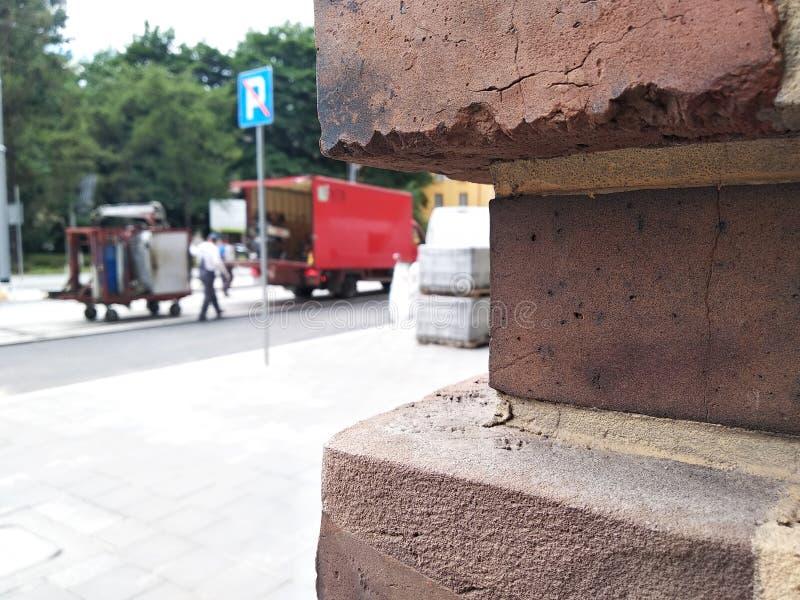 Blured de förberedande tjock skiva packas i film på en palett vägreparation, utbyte av tegelplattor och asfalt gammal town flyttn royaltyfri foto