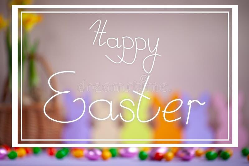 Blured-Feiertags-Ostern-Hintergrund mit Text fröhliche Ostern stockfotos
